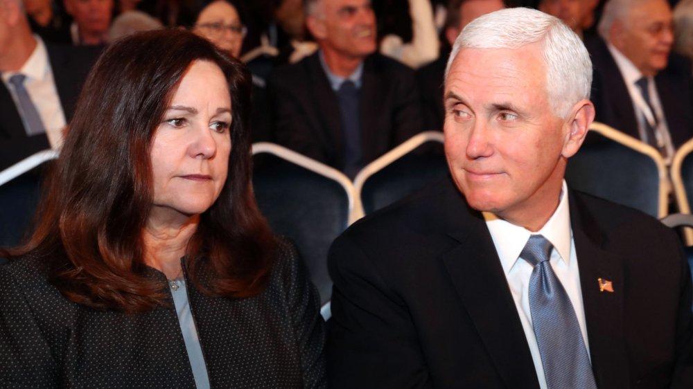 Karen Pence mirando hacia adelante, Mike Pence mirando a su