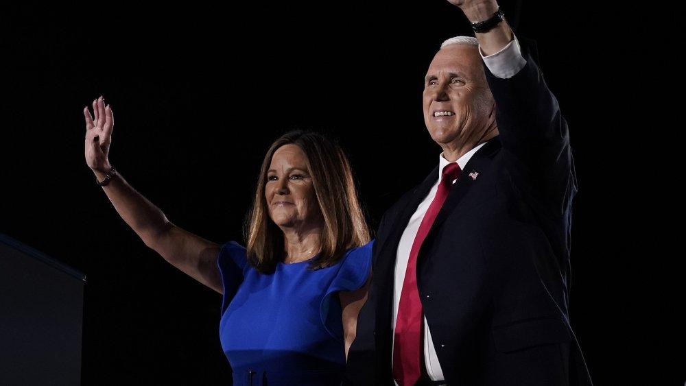 Karen y Mike Pence saludando, sonriendo