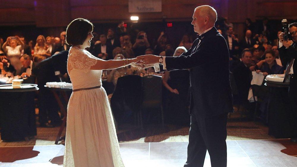 Karen Pence y Mike Pence bailando juntos