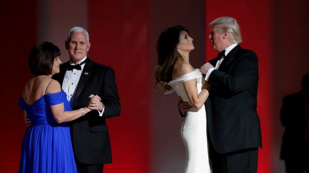 Mike Pence bailando con Karen Pence, Donald Trump bailando con Melania Trump