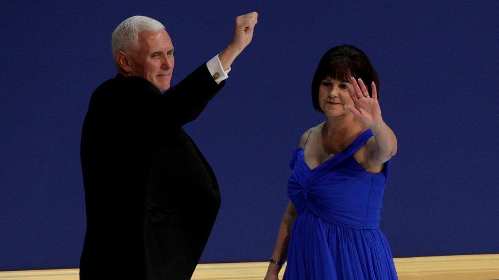 Mike Pence con el puño en el aire, Karen Pence saludando