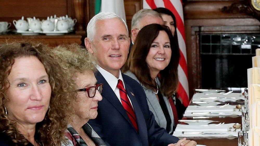 Mike y Karen Pence en una cena política