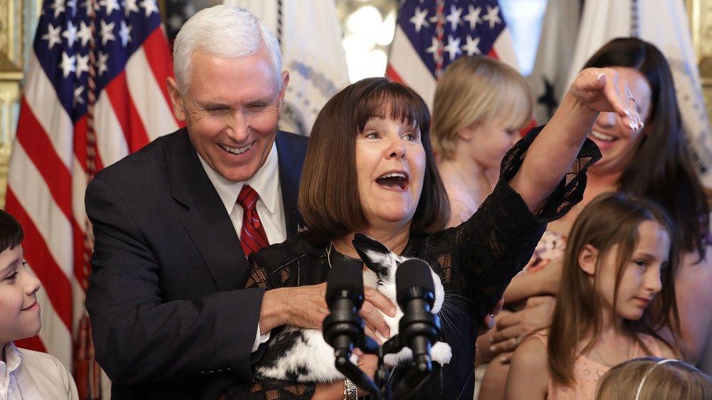 Karen Pence sosteniendo a su conejito mascota en un podio, Mike Pence riendo