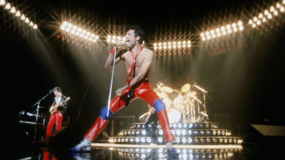 Roger Deacon y Freddie Mercury actúan en el Foro en 1980