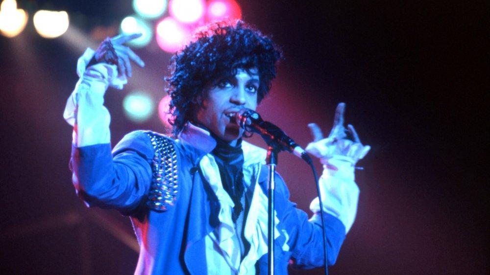 Prince actúa en el escenario durante el Purple Rain Tour de 1984