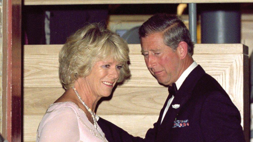Camilla Parker-Bowles y el Príncipe Carlos en la cena de gala de The Prince's Foundation en 2000