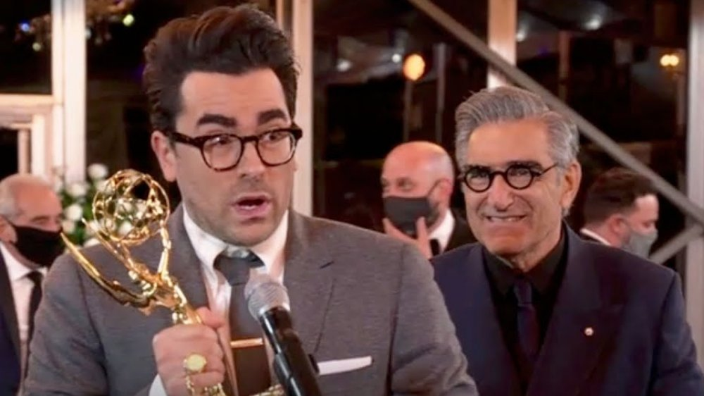 Daniel Levy y Eugene Levy aceptan premios en los Emmy de 2020
