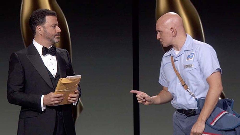 Jimmy Kimmel y Anthony Carrigan en un sketch durante los Premios Emmy 2020