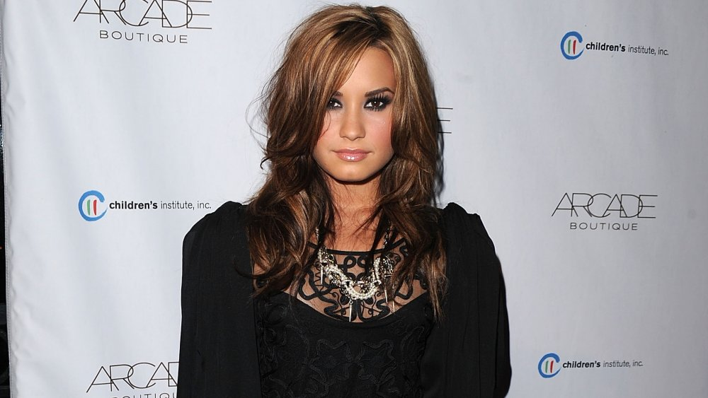 Demi Lovato con ojos ahumados y cabello castaño