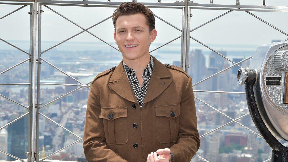 Tom Holland sonriendo en la parte superior del Empire State Building