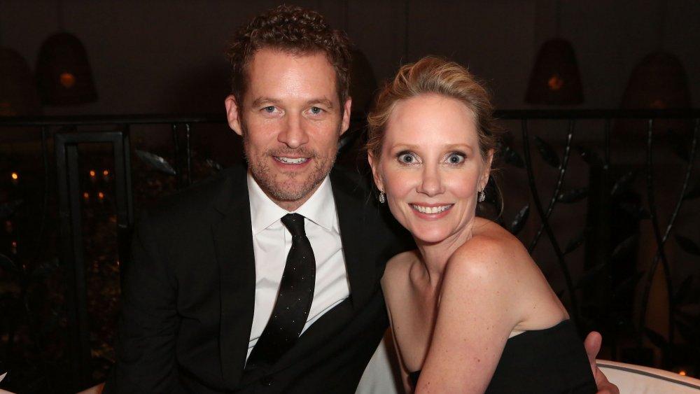 James Tupper y Anne Heche en el evento de estreno de una noche de Navidad del Hallmark Hallmark en 2014