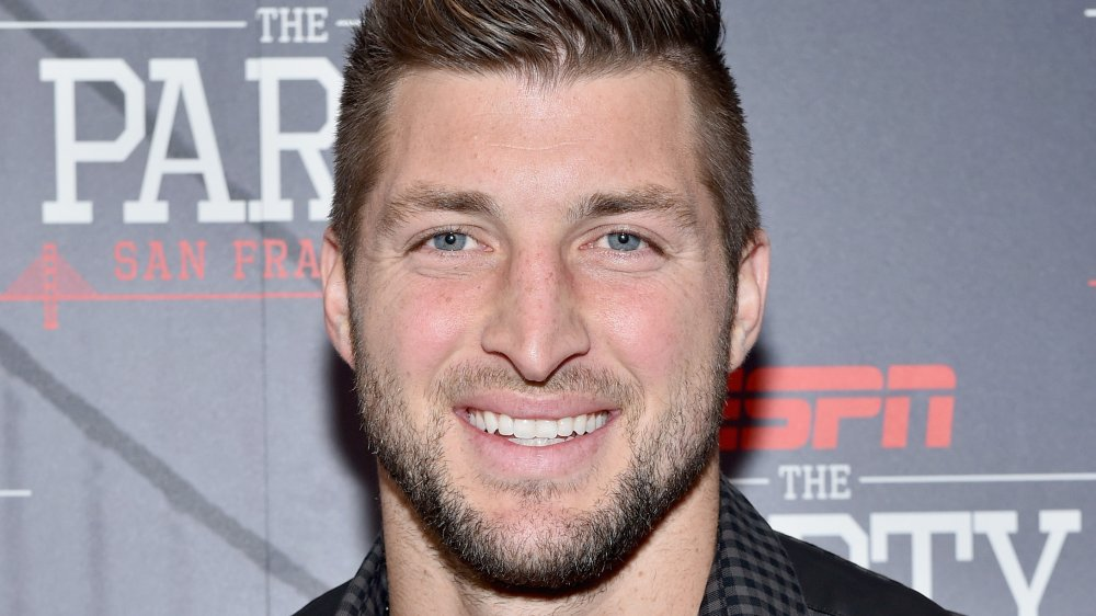 Tim Tebow sonriendo en un evento de ESPN