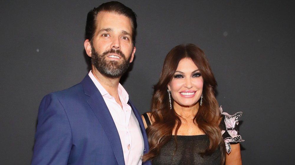 Donald Trump Jr. y Kimberly Guilfoyle sonriendo juntos