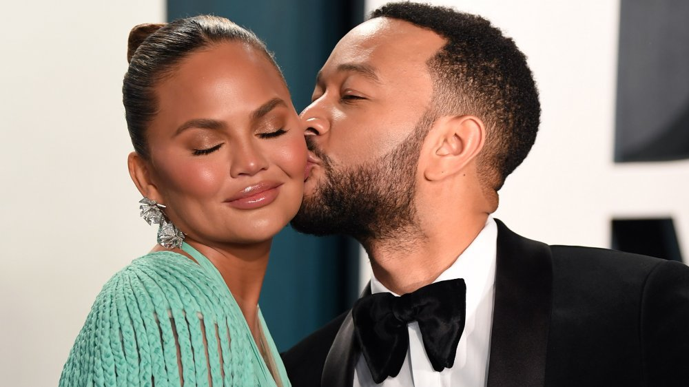 John Legend besando la mejilla de Chrissy Teigen
