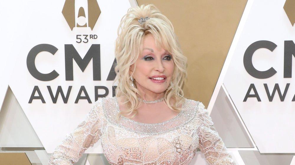 Dolly Parton en vestido blanco de lentejuelas
