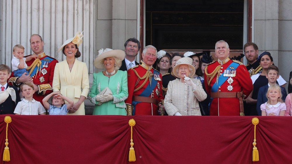 La familia real ve un flypast desde el balcón del Palacio de Buckingham durante Trooping The Colour, el desfile anual de cumpleaños de la Reina en 2019