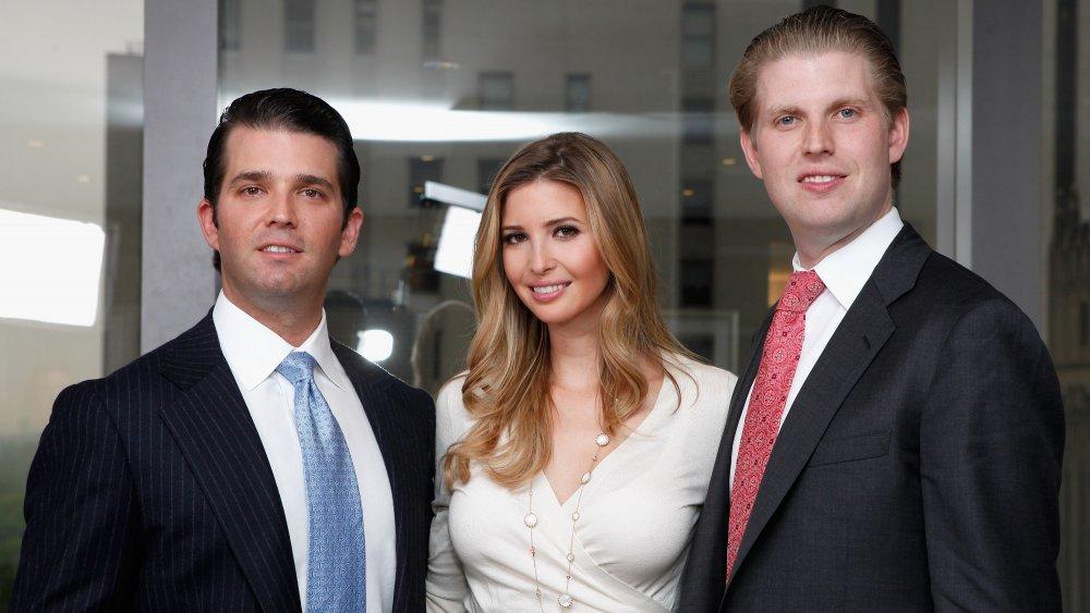 Donald Trump Jr., Ivanka Trump y Eric Trump todos posando para la foto