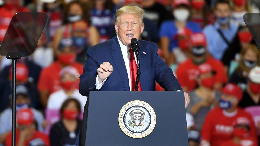 Donald Trump en el evento de campaña en Xtreme Manufacturing en 2020