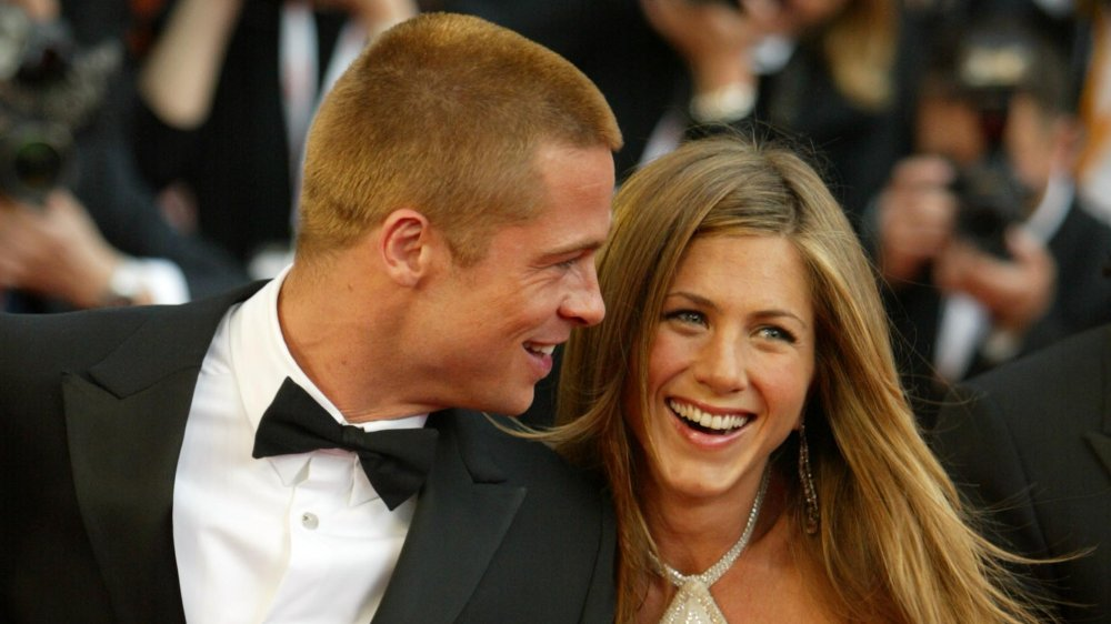 Brad Pitt y Jennifer Aniston se tomaron de la mano y se ríen del estreno de Troy en 2004