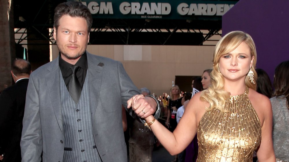 Blake Shelton y Miranda Lambert cogidos de la mano