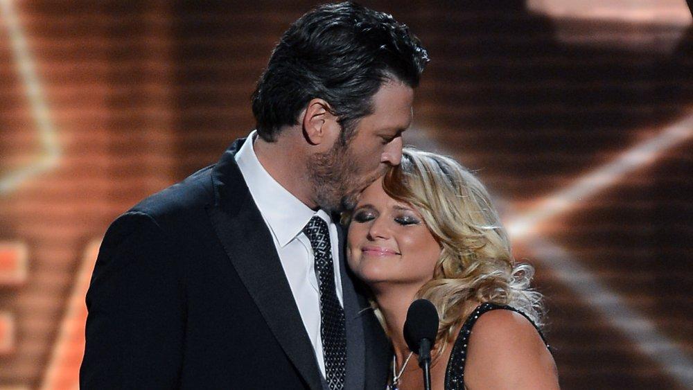 Blake Shelton besando a Miranda Lambert en la cabeza