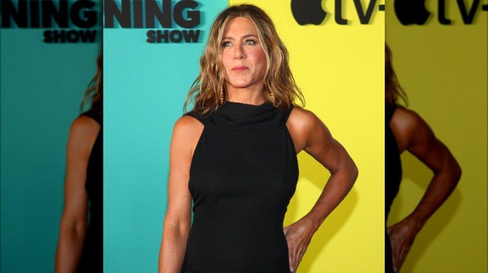 Jennifer Aniston camina por la alfombra roja de The Morning Show con un vestido negro