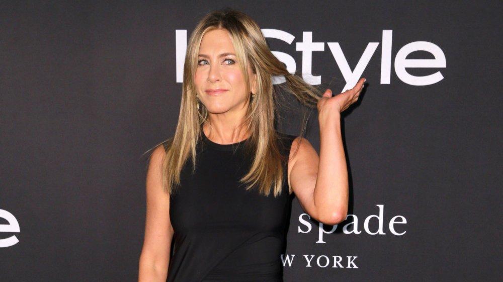 Jennifer Aniston moviendo su cabello hacia atrás