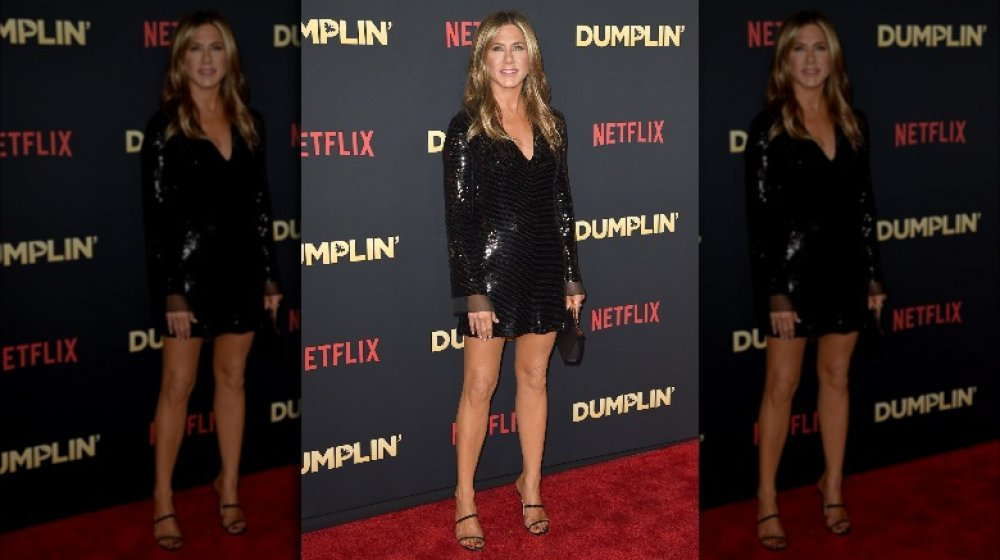Jennifer Aniston asiste al estreno de Dumplin con un vestido negro brillante