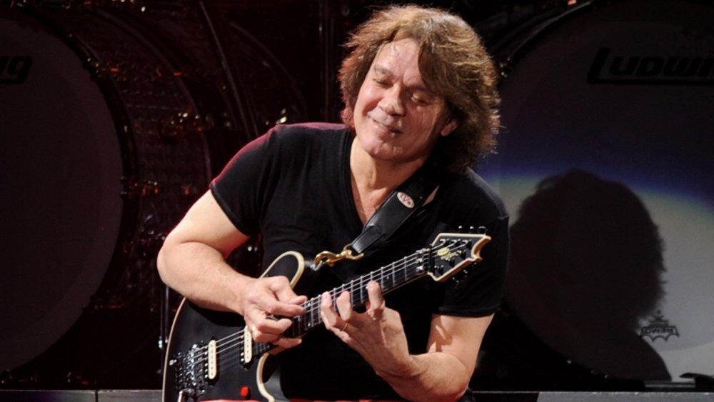 Eddie Van Halen tocando la guitarra en 2012