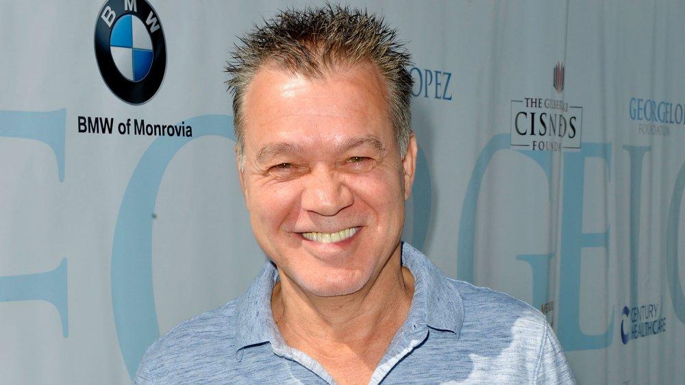Eddie Van Halen sonriendo en un torneo de oro de celebridades en 2017