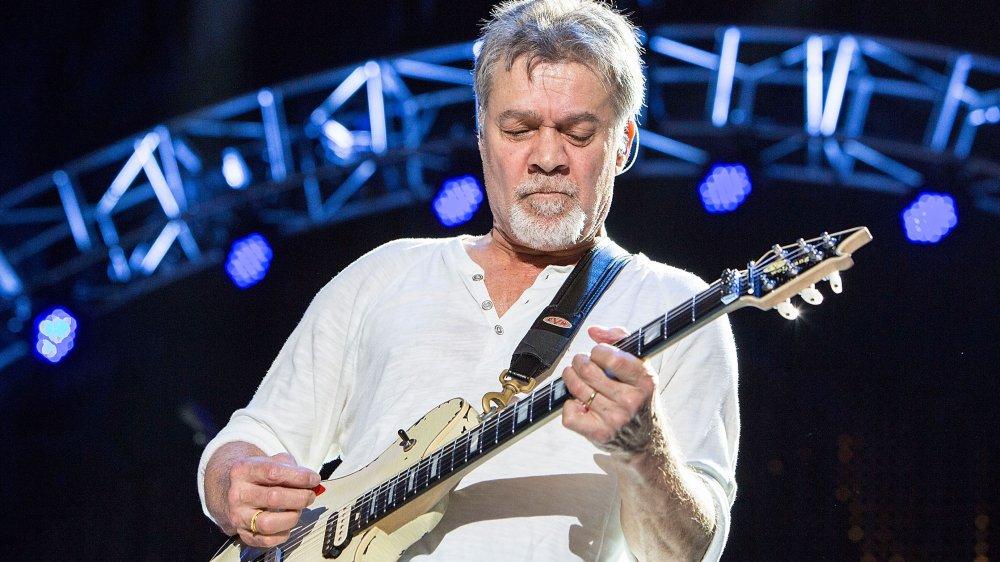 Eddie Van Halen tocando en el escenario en 2015