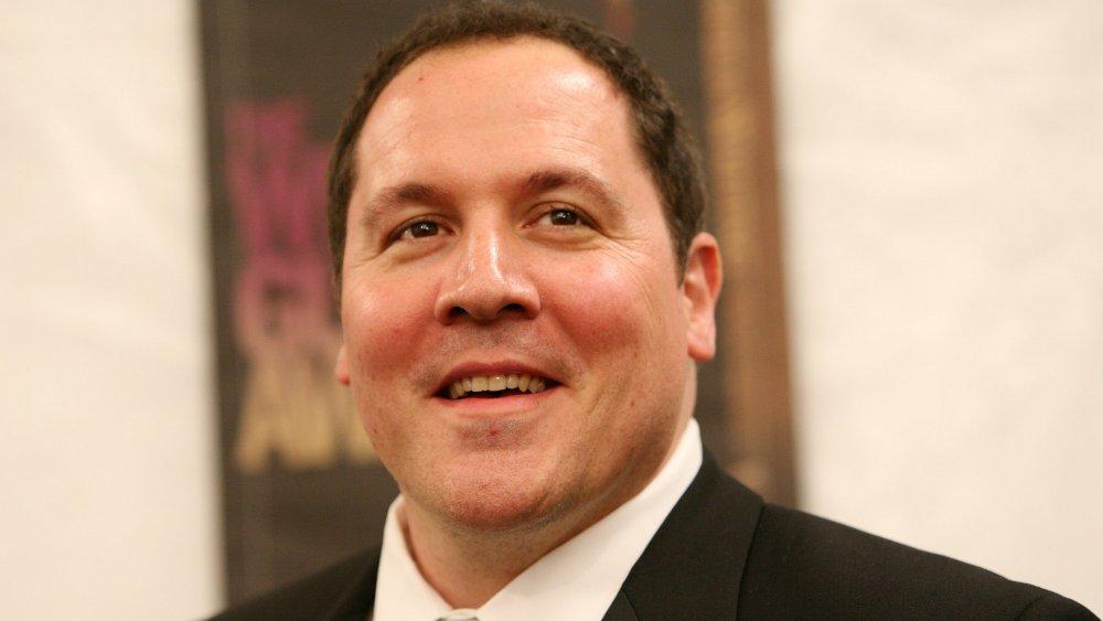 Jon Favreau sonriendo