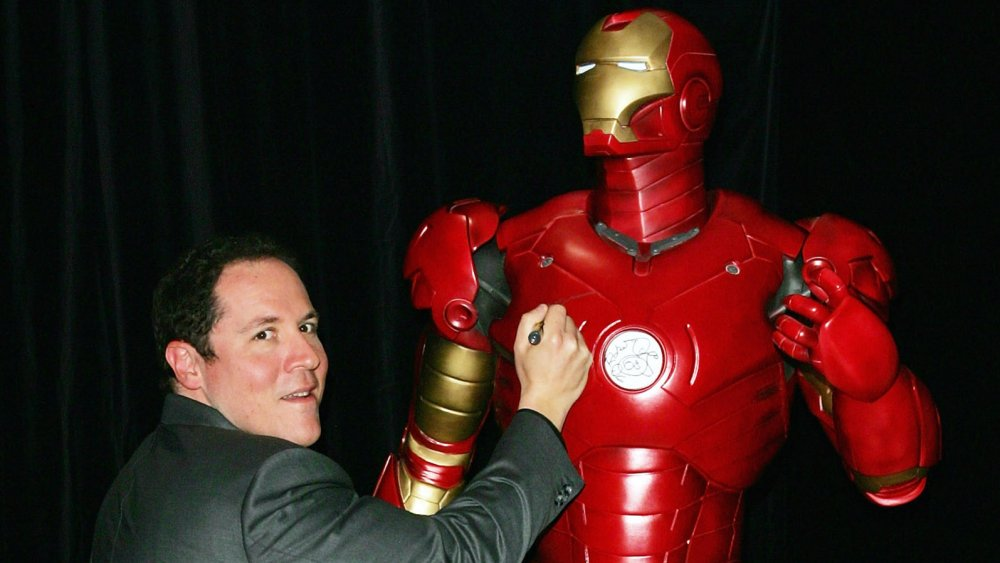 Jon Favreau firmando una estatua de Iron Man