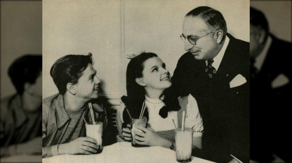 Judy Garland, Mickey Rooney y Louis B. Mayer todavía publicidad