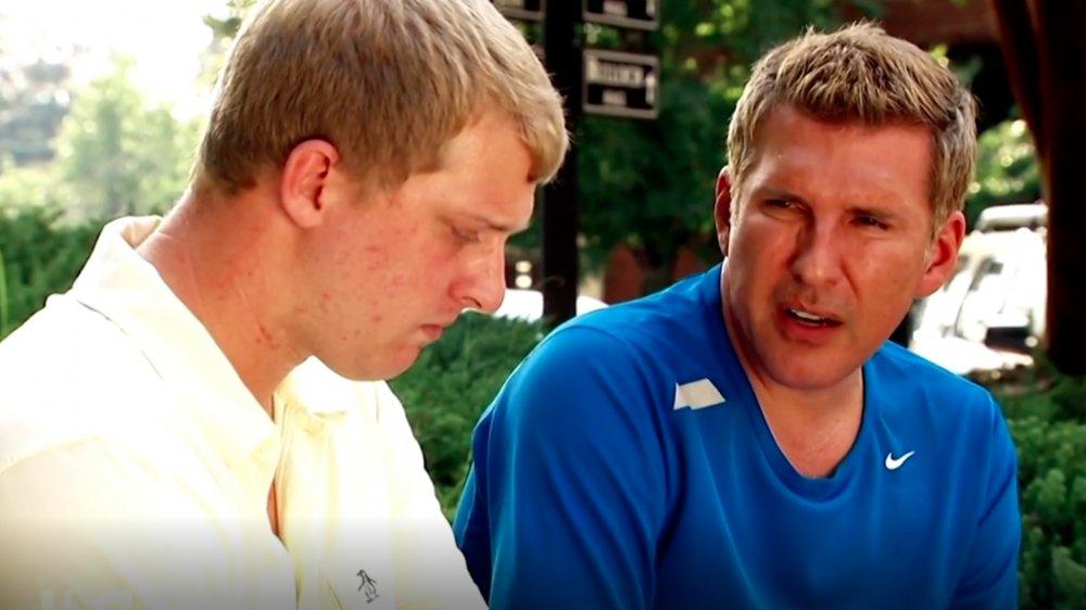 Kyle Chrisley y Todd Chrisley en una escena de Chrisley Knows Best