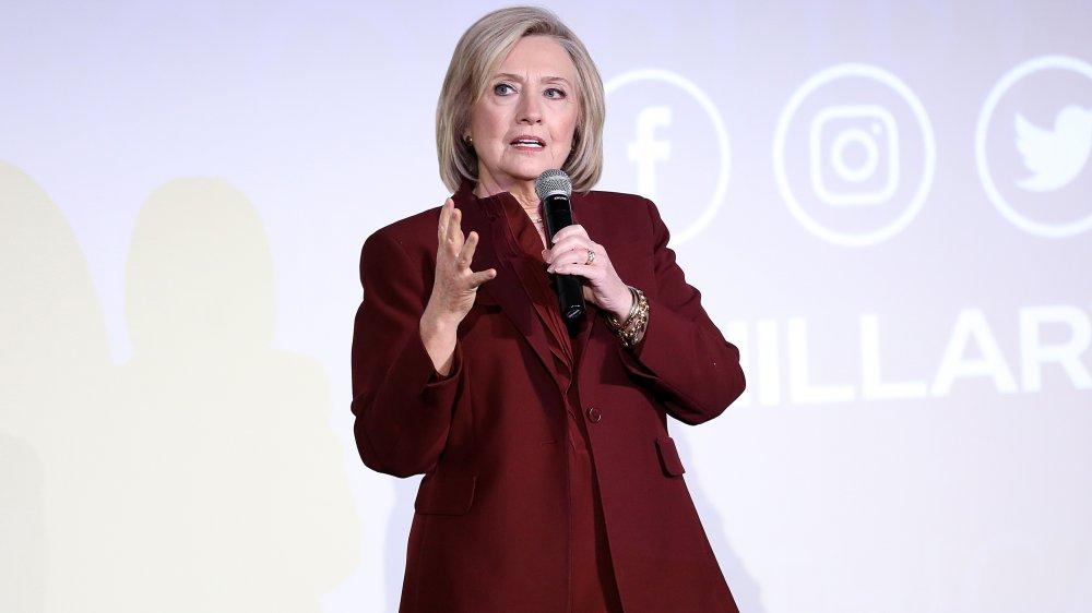 Hillary Clinton hablando en el estreno de Hillary