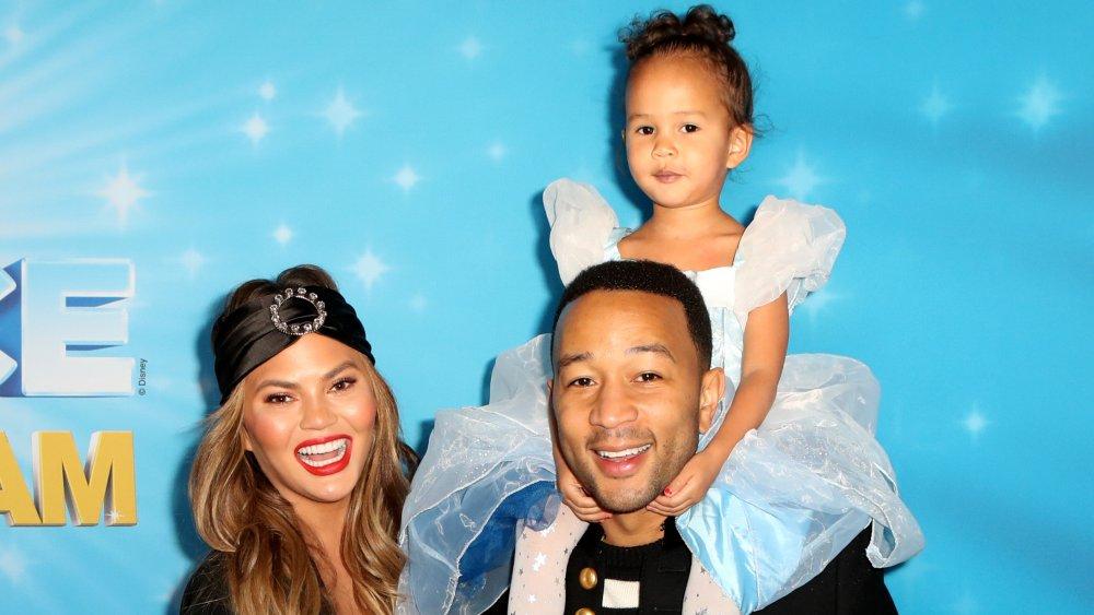 Chrissy Teigen, John Legend y su hija Luna en un evento de Disney on Ice