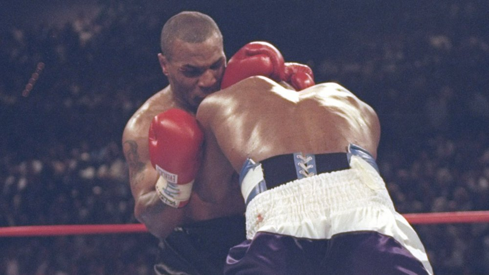Mike Tyson mordiendo la oreja de Evander Holyfield