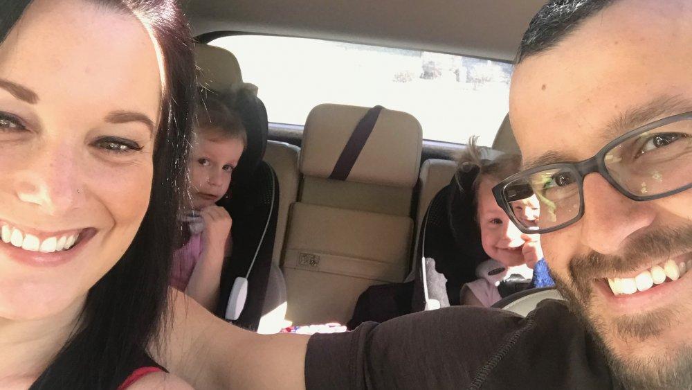Selfie de Chris y Shanann Watts con sus hijas, que aparece en American Murder: The Family Next Door