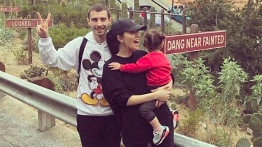 David Boyd y Christian Serratos en Disney California Adventure Park
