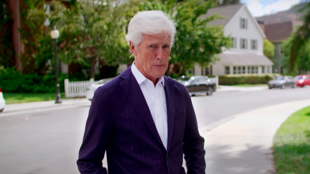 Keith Morrison caminando afuera para una parodia de Dateline en The Ellen DeGeneres Show
