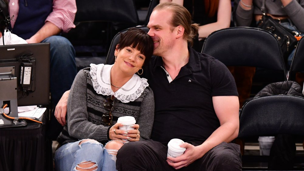 Lily Allen y David Harbour en un juego de los New York Knicks y los New Orleans Pelicans