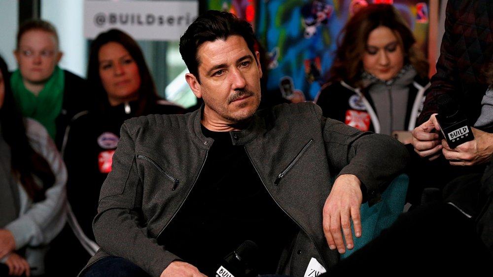 Jonathan Knight sentado durante la entrevista