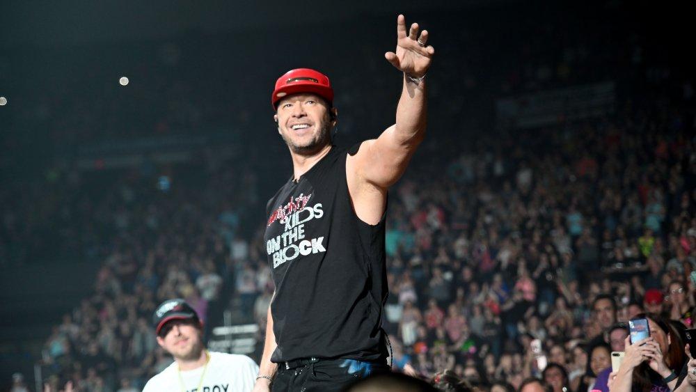 Donnie Wahlberg en el escenario saludando a la multitud