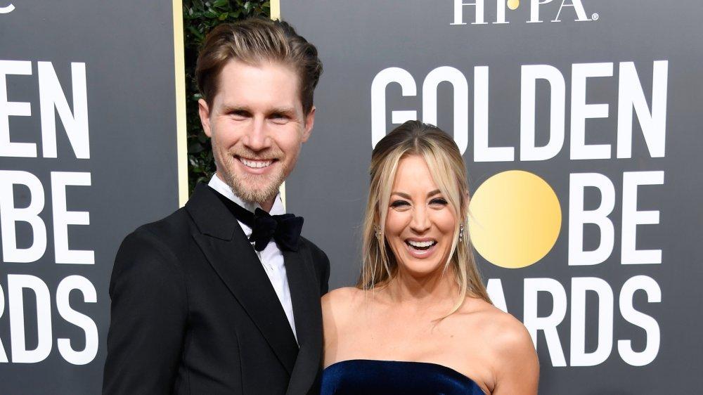 Karl Cook y Kaley Cuoco en la 76a Entrega Anual de los Globos de Oro
