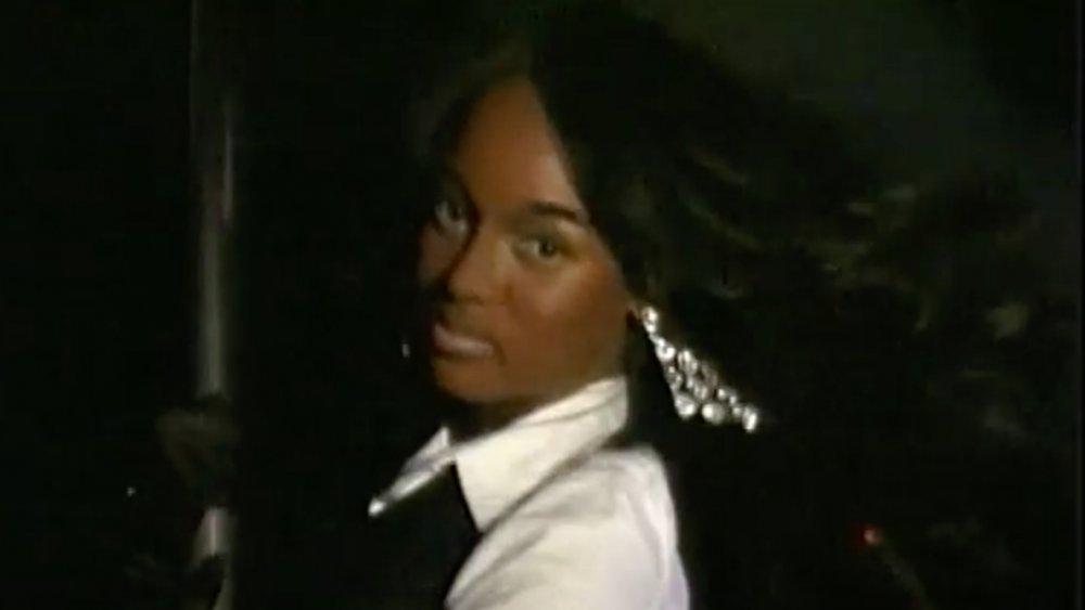 Tyra Banks luciendo un tono de piel más oscuro