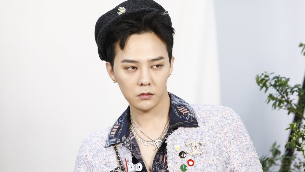 G-Dragon con abrigo Chanel de tweed