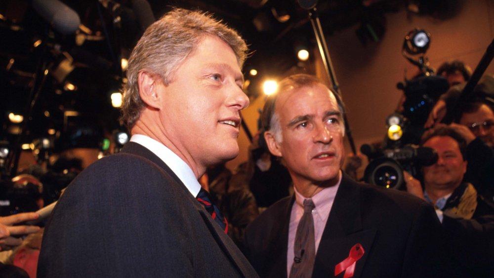 Bill Clinton y Jerry Brown posando para las cámaras