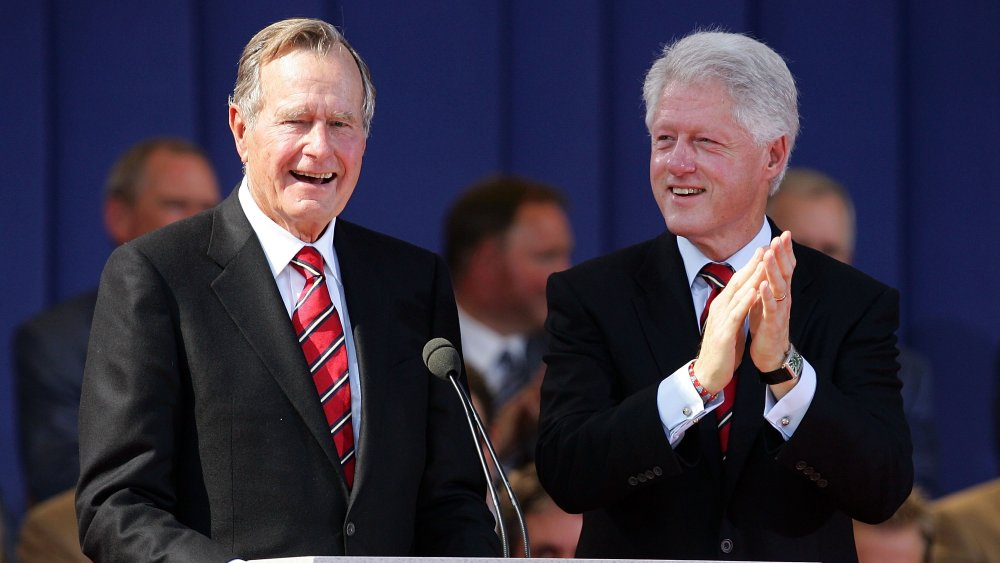 El presidente George HW Bush y Bill Clinton, riendo y aplaudiendo