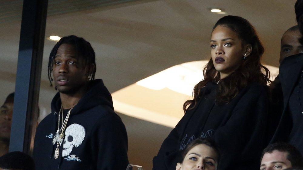 Travis Scott y Rihanna en un evento deportivo